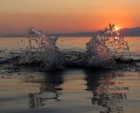 Paisaje del mar durante puesta del sol Salpicar la agua de mar Fotos de archivo libres de regalías