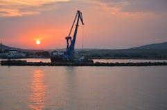 Paisaje del Mar Negro por la tarde con una grúa flotante fotografía de archivo
