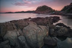 Paisaje del mar - rocas, rocas, cantos rodados y cielo Imagenes de archivo