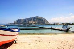 Paisaje del mar y del montaje de Mondello, Italia Imágenes de archivo libres de regalías