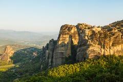 Paisaje del meteora por la mañana con el monasterio encima de la montaña, Grecia Imagen de archivo libre de regalías