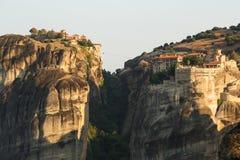 Paisaje del meteora por la mañana con el monasterio encima de la montaña, Grecia Imagenes de archivo