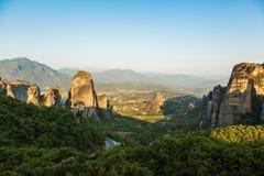 Paisaje del meteora por la mañana con el monasterio encima de la montaña, Grecia Imágenes de archivo libres de regalías