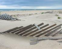 Paisaje del océano con las cercas enterradas Fotos de archivo libres de regalías