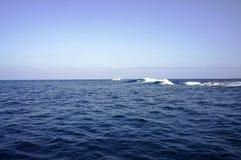 Paisaje del océano con una nave imagenes de archivo