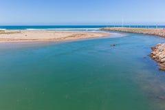 Paisaje del océano de la boca de río del Paddler de la canoa Fotografía de archivo