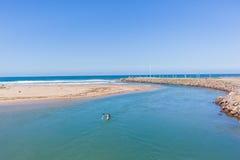 Paisaje del océano de la boca de río del Paddler de la canoa Imagen de archivo libre de regalías