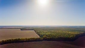 Paisaje del otoño: cielo azul, árboles coloridos, campos amarillos Imagen de archivo