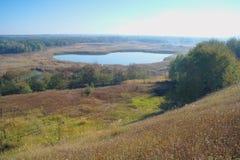 Paisaje del otoño con el árbol amarillo en la costa del río Fotos de archivo libres de regalías