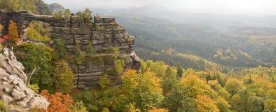 Paisaje del otoño con el arco Foto de archivo
