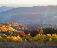 Paisaje del otoño con el bosque de hojas caducas y las vistas de la montaña Imágenes de archivo libres de regalías