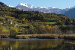 Paisaje del otoño con el lago Foto de archivo libre de regalías