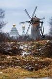 Paisaje del otoño con el molino de viento de madera viejo Fotos de archivo