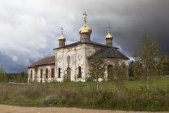Paisaje del otoño con el templo restaurado Fotos de archivo