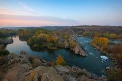 Paisaje del otoño con la curva del río Foto de archivo