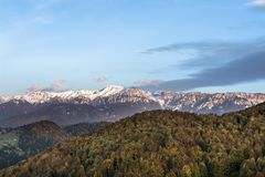 Paisaje del otoño con las montañas nevadas, las hojas coloridas y el cielo con las nubes especiales Imagenes de archivo