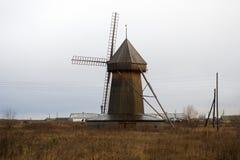 Paisaje del otoño con un molino de viento imagenes de archivo