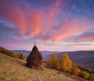 Paisaje del otoño con un pajar en las montañas Fotografía de archivo libre de regalías