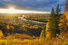Paisaje del otoño de la ciudad en la puesta del sol Imágenes de archivo libres de regalías