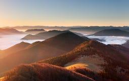 Paisaje del otoño de la puesta del sol de la montaña en Eslovaquia Imagen de archivo