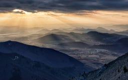 Paisaje del otoño de la puesta del sol de la montaña en Eslovaquia Imagen de archivo libre de regalías
