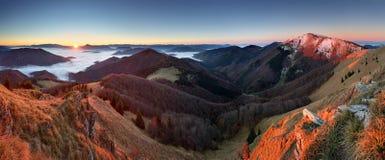 Paisaje del otoño de la puesta del sol de la montaña en Eslovaquia Foto de archivo libre de regalías