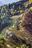 Paisaje del otoño de las montañas caucasus imagen de archivo libre de regalías