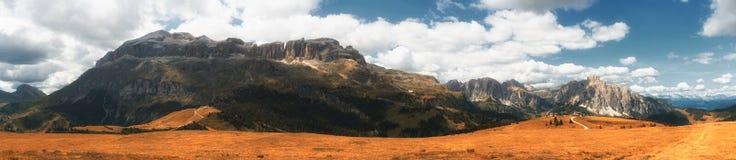 Paisaje del otoño de las montañas italianas, dolomías Imagenes de archivo