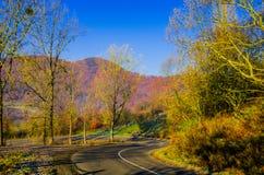 Paisaje del otoño, el camino que lleva en las montañas, moun azul Fotos de archivo libres de regalías