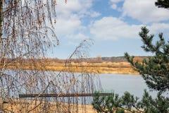 Paisaje del otoño: el río y los árboles en la orilla Foto de archivo libre de regalías