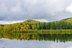 Paisaje del otoño en agua Fotos de archivo
