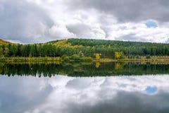 Paisaje del otoño en agua Imagen de archivo libre de regalías