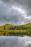 Paisaje del otoño en agua Foto de archivo