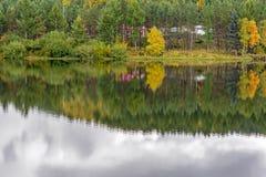 Paisaje del otoño en agua Fotografía de archivo