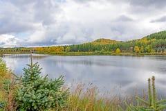 Paisaje del otoño en agua Imagenes de archivo