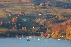 Paisaje del otoño en el lago Imágenes de archivo libres de regalías