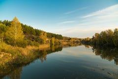 Paisaje del otoño en el río por la tarde Foto de archivo