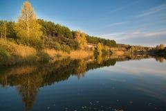 Paisaje del otoño en el río por la tarde Imagenes de archivo