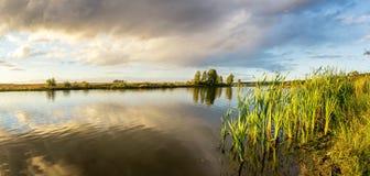 Paisaje del otoño en el río Ural, el Irtysh, Rusia Imagen de archivo