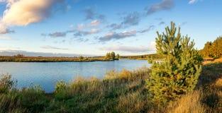 Paisaje del otoño en el río Ural, el Irtysh, Rusia Fotos de archivo libres de regalías