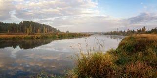 Paisaje del otoño en el río Ural, el Irtysh, Rusia Imágenes de archivo libres de regalías