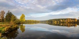 Paisaje del otoño en el río Ural, el Irtysh, Rusia Fotos de archivo
