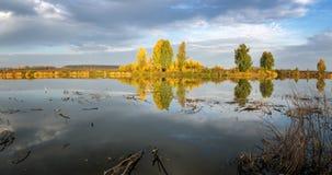 Paisaje del otoño en el río Ural, el Irtysh, Rusia Fotografía de archivo