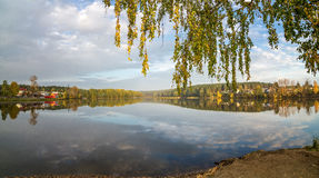 Paisaje del otoño en el río Ural, el Irtysh, Rusia Foto de archivo libre de regalías