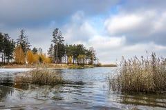 Paisaje del otoño en la costa del río Obi en Siberia Foto de archivo libre de regalías