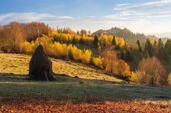 Paisaje del otoño en pueblo de montaña Fotografía de archivo
