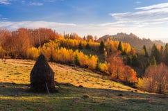 Paisaje del otoño en pueblo de montaña Imagenes de archivo