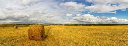 Paisaje del otoño en un campo con el heno por la tarde, Rusia, Ural fotos de archivo