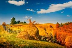 Paisaje del otoño en un pueblo de montaña Foto de archivo libre de regalías