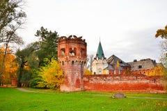 Paisaje del otoño - la torre, la pared y el edificio de la F Foto de archivo libre de regalías